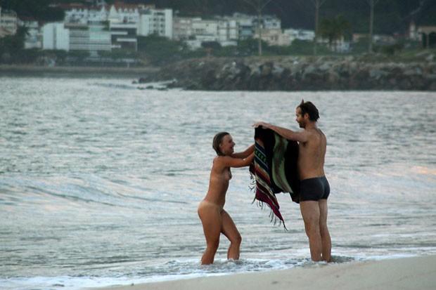 Mulher foi coberta com uma toalha ao sair do mar (Foto: Alessandro Buzas/Futura Press/Estadão Conteúdo)