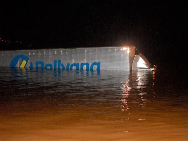 Caminhão caiu de balsa e foi parar dentro do rio (Foto: Divulgação/Djalmo Anzorena - Jornal Folha Guaritense)