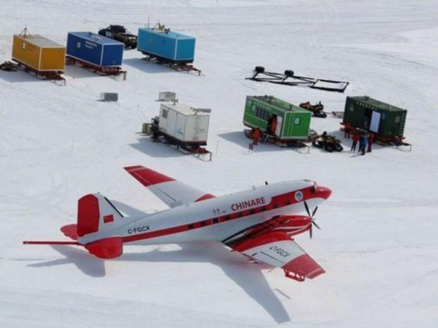 Aeronaves com sensores sobrevoam a Antártida para mapear topografia local  (Foto: BBC/ICECAP2)