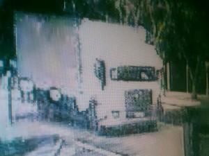 Caminhão estacionado em frente a Samsung no dia do crime (Foto: Reprodução/ EPTV)