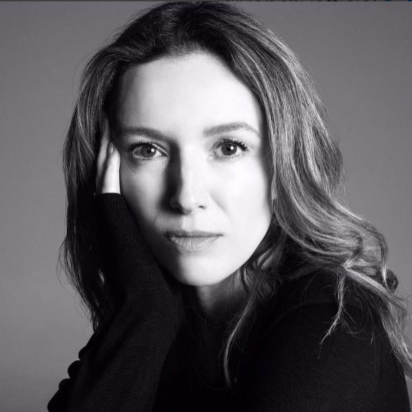 Clare Waight Keller em retrato tirado por Steven Meisel para Givenchy (Foto: Reprodução Instagram)