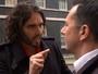 Russel Brand dá resposta atravessada a jornalista após protesto