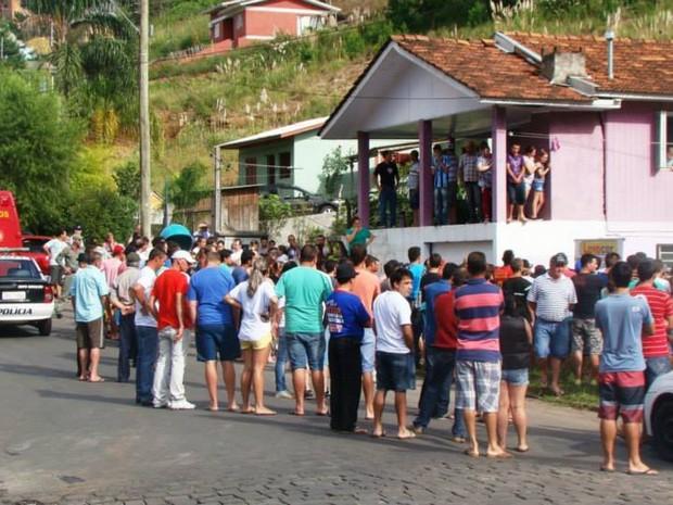 Comunidade se revoltou com morte de dois jovens em Bento Gonçalves (RS)  (Foto: Felipe Machado/Rádio Difusora 890)