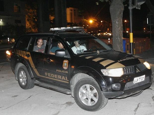 Comboio da Polícia Federal chega à delegacia após a prisão de Menor P (Foto: Paulo Araújo / Agência O Dia / Estadão Conteúdo)