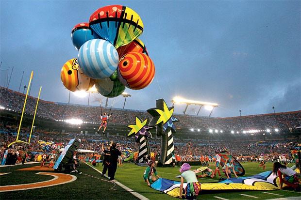 Participação de Romero Britto durante o Super Bowl, a grande final do futebol americano (Foto: GQ Brasil)