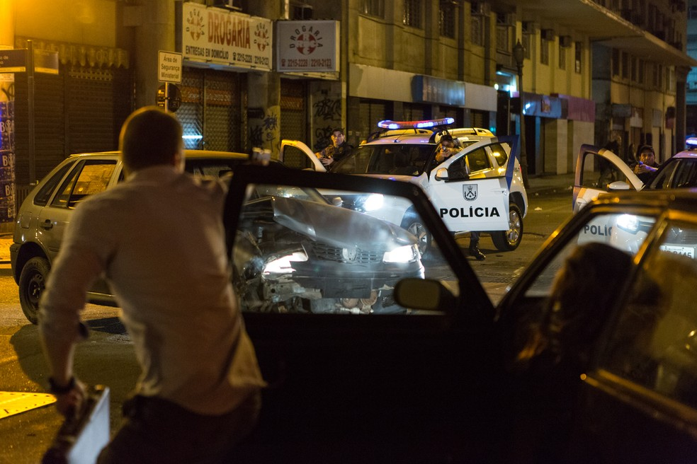 Alex e Lorena trocam tiros com a polícia (Foto: Felipe Monteiro/Gshow)