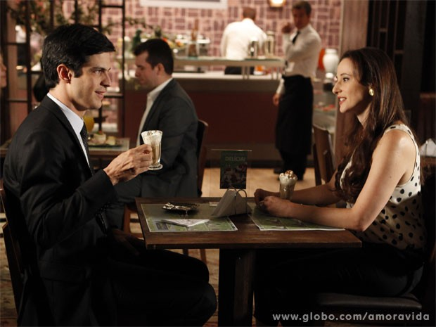 Félix se faz de amiguinho de Rebeca para saber sobre a família dela (Foto: Pedro Curi/TV Globo)