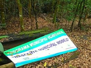 Local apresenta lixo e resíduos de alimentos nos recintos abandonados (Foto: Mis Souza/VC no G1)