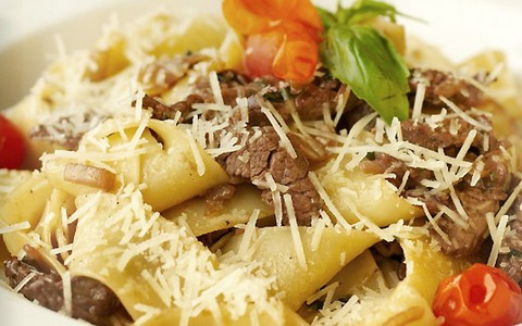 Espaguete misto com picanha, bacon e molho de queijos