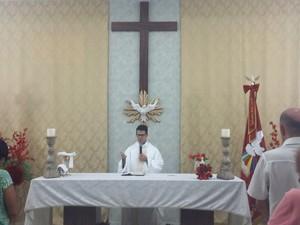 Fiéis acompanham celebração das missas na Capela do Divino (Foto: Maiara Barbosa/ G1)