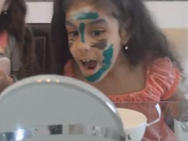 Nos vídeos, Nikki dá dicas para meninas da sua idade (Foto: Reprodução/RBSTV)