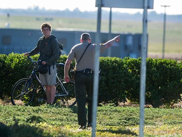 Xerife do condado de Merced pede para estudante da Universidade da California não entrar no campus após cinco pessoas serem esfaqueadas (Foto: Andrew Kuhn/Merced Sun-Star via AP)