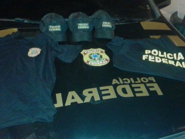 Bonés e camisas da Polícia Federal foram encontrados dentro do veículo (Foto: Reprodução/TV Paraíba)