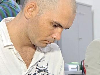 Homem que confessou ter matado a ex-mulher e o filho chorou ao lado de advogado. (Foto: Reprodução/TVCA)
