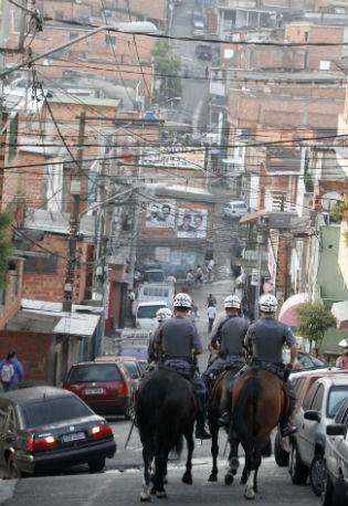 Policiais na Operação Saturação em Paraisópolis, em São Paulo. Ordens para ataques de criminosos a policiais teriam partido da favela – área comandada por Piauí (Foto: Divulgação/Governo de SP/Gilberto Marques)