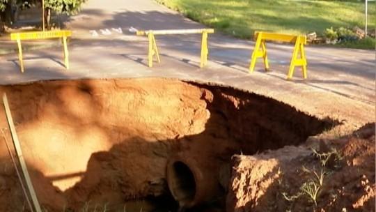 Cratera em asfalto preocupa os moradores do Bairro Alto do Cene