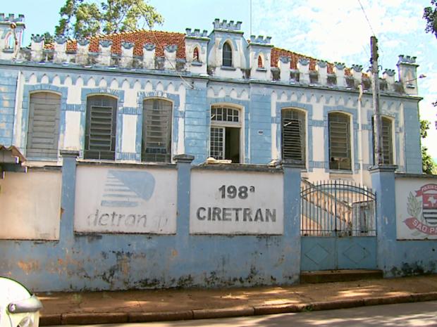 Mãe e padrato de Itaberlly foram levados até a Delegacia de Cravinhos, SP (Foto: Reprodução / EPTV)
