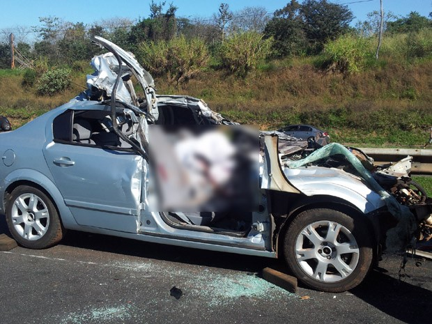Acidente entre caminhão e carro mata motorista na rodovia Campinas-Mogi Mirim (Foto: André Natale/G1 Campinas)