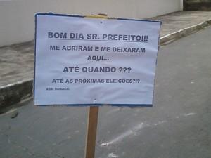 Placa colocada por moradores ironiza problema com o buraco (Foto: Adélia Maria Lopes de Castilho Leandro/Arquivo pessoal)