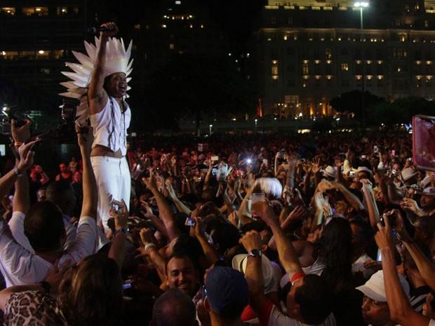 Carlinhos Brown desceu do palco principal montado na Praia de Copacabana para cantar perto do público (Foto: Rodrigo Gorosito/G1)