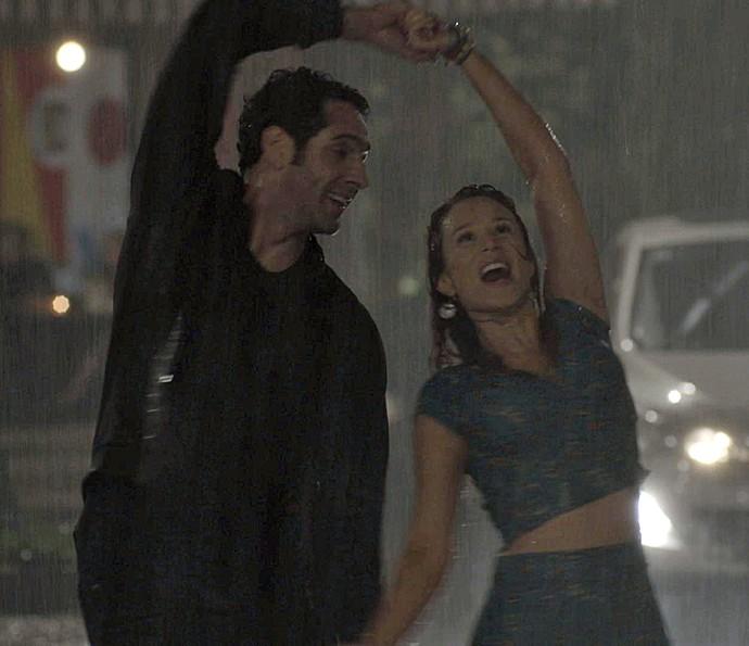 Betoe Tancinha dançam na chuva (Foto: TV Globo)