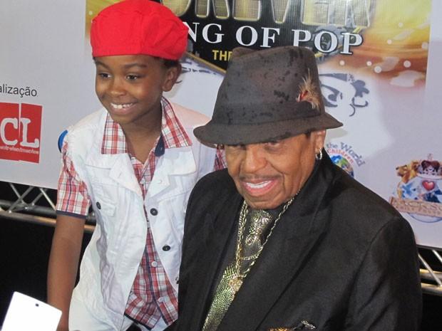 O ator mirim Jean Paulo Campos, que interpretá Michael Jackson quando criança no musical Forever King of Pop, e o pai do cantor, Joe Jackson, participam de coletiva em hotel de São Paulo (Foto: Cauê Muraro/G1)