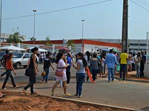 ENEM 2015 - SÁBADO (24) - RIO BRANCO (AC) - Estudantes chegam cedo para garantir horário do Enem no Acre (Foto: Yuri Marcel/G1)