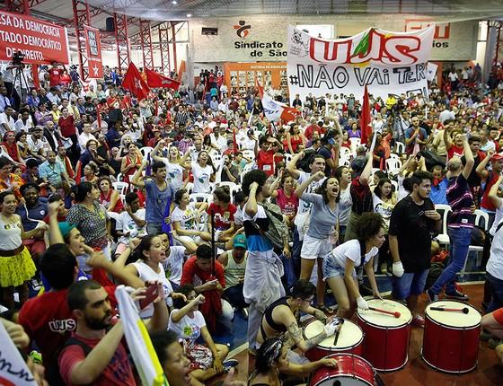 Manifestantes em plenária do PT no Sindicato dos Bancários em São Paulo. PF deflagrou a 24ª fase da Operação Lava Jato nesta sexta-feira (4). Lula é o principal alvo (Foto: AP Photo/Andre Penner)