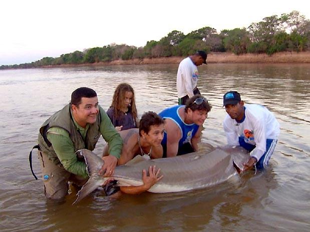 Equipe do Terra da Gente pesca no rio Araguaia (Foto: Reprodução / EPTV)