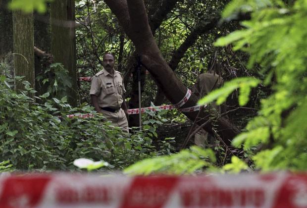 Policiais inspecionam área onde mulher foi vítima de estupro coletivo perto de Mumbai (Foto: Rafiq Maqbool/AP)