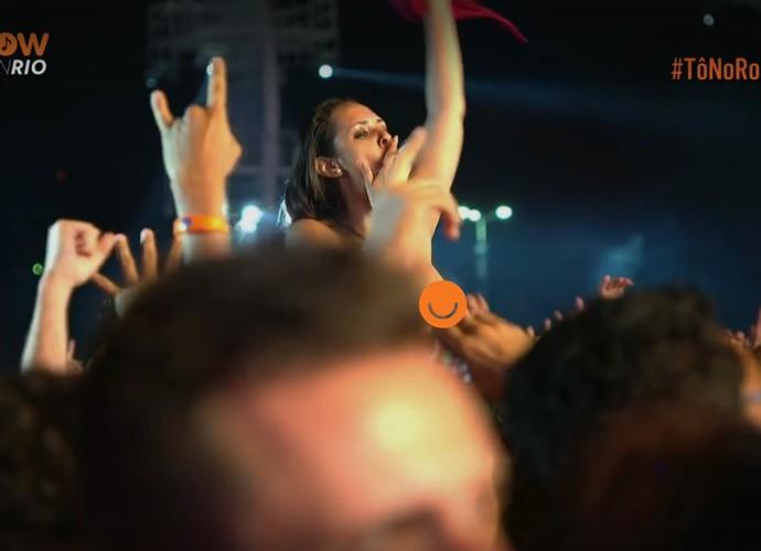 Mulher tira a blusa e fica com os seios a mostra no Rock in Rio  (Foto: Reprodução/Gshow)