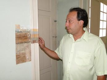 O diretor do Barão, Carlos Henrique da Silva, mostra pinturas originais encontradas sob camadas de tinta. (Foto: Cristina Moreno de Castro/G1)