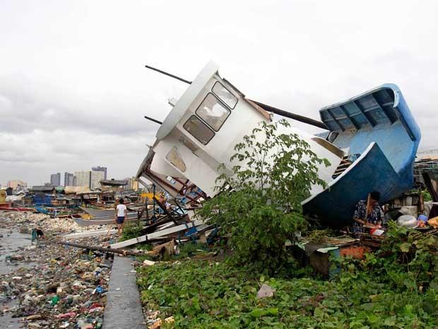 Tufão ergueu e jogou barco em área da Baía de Baseco. (Foto: Romeo Ranoco / Reuters)