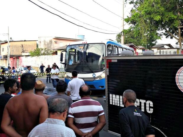 Motociclista morreu após bater em ônibus (Foto: Adneison Severiano/G1 AM)
