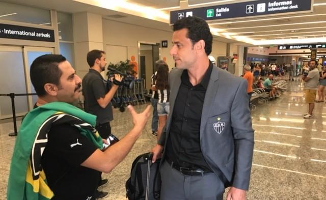 Fred conversa com torcedor na chegada do time a Mendoza, na Argentina (Foto: Rodrigo Franco / TV Globo Minas)