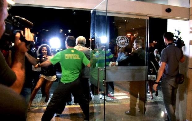 fã Neymar hotel Seleção Brasileira invasão (Foto: Reprodução)