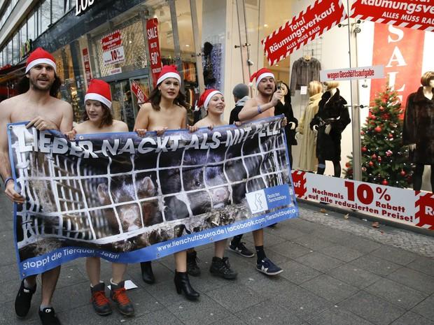 Manifestantes, em Berlim, são contra o uso de pele de animais em roupas (Foto: Fabrizio Bensch / REUTERS)