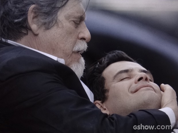 Manfred morre em perseguição e Ernest leva tiro (Foto: Joia Rara/TV Globo)