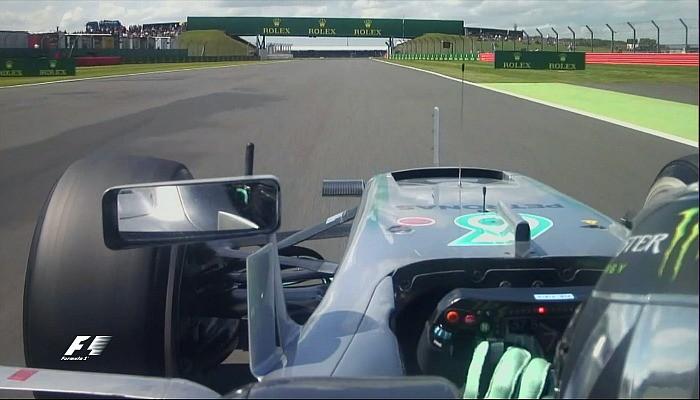 Nico Rosberg mexe no volante no GP da Inglaterra