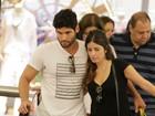 Dudu Azevedo passeia com a namorada em shopping do Rio