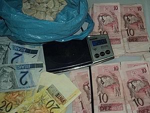 Dinheiro e droga foram encontrados com o adolescente (Foto: Divulgação/ PM)