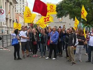 Servidores estaduais protestam em frente ao Palácio Piratini (Foto: Reprodução/RBS TV)