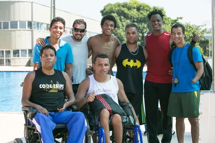 Juan Paiva e Tony Garrida e equipe de nadadores (Foto: Raphael Dias / Gshow)