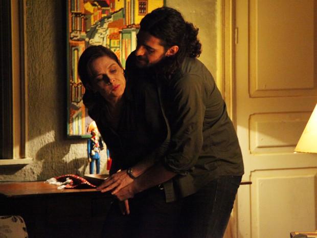 Jairo não vê a hora de tirar a virgindade de Cora  (Foto: Carol Caminha/Gshow)