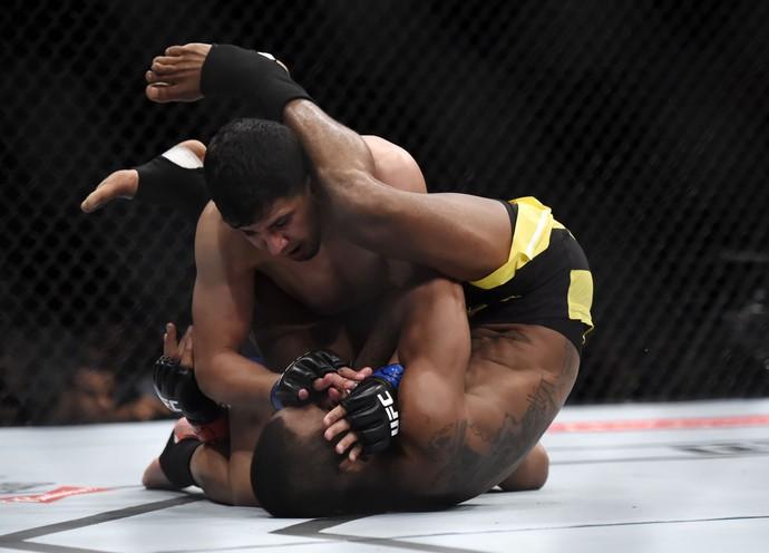 Johnny Eduardo x Mathew Lopez UFC Rio 8 (Foto: André Durão)