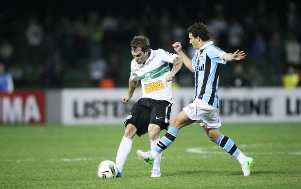 Willian Faria e Elano, Coritiba e Grêmio (Foto: Giuliano Gomes / Agência Estado)