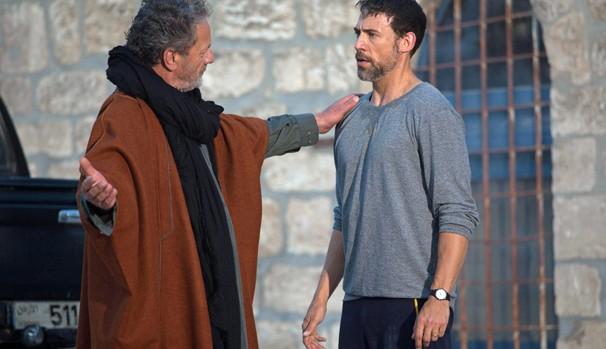 Bassam (Adam Rayner) se encontra com o Sheik Rashid (Mohammad Bakri) para convencê-lo a negociar uma solução política (Foto: Divulgação/Reprodução)