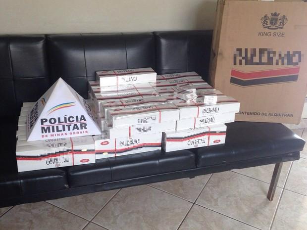 Cerca de 500 maços foram apreendidos na casa do suspeito em Luz ok (Foto: PM/Divulgação)
