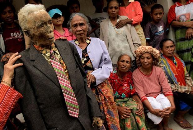 O ritual religioso é tradicionalmente realizado de anos em anos na Indonésia, quando as famílias limpam os caixões e trocam as roupas de pessoas mortas para honrar seus espíritos. (Foto: Elang Herdian/AP)