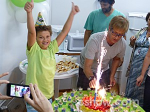 A festa de Marlon teve direito até a 'vela explosiva' (Foto: Malhação / TV Globo)